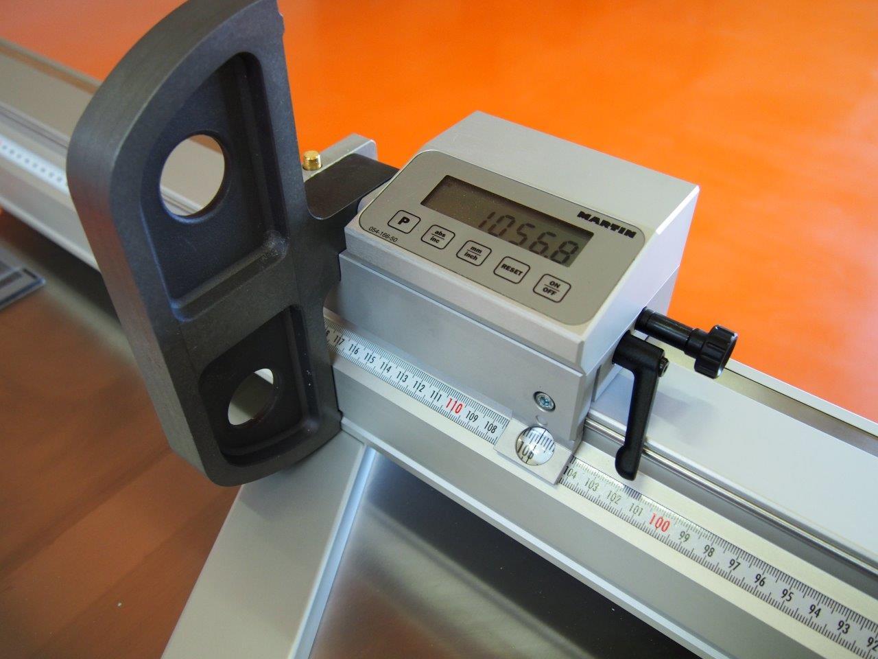 Zarážky na délkovém pravítku s digitály